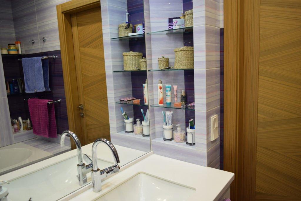 полочки из стекла в ванной
